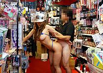衝撃!!ド○キ店内で中出し!「スケベ中出し露出2素人メイカ」【しろハメ】